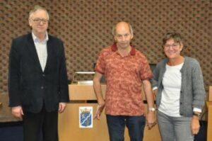 Op de foto vlnr voorzitter Ed Koster, Andre Pijnaker (BGH) en Hanny Weijde van de gemeente.