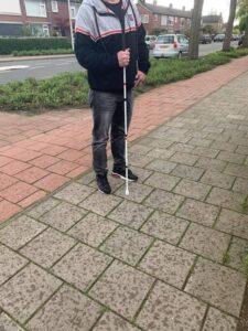 Man met een blindengeleidestok