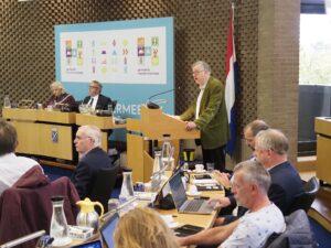 Foto van de voorzitter BGH die bij de gemeenteraad Haarlemmermeer inspreekt 29-09-2021